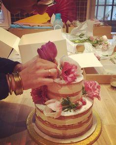 Naked cake décoré hier de fleurs fraîches  Notre astuce avant de disposer les tiges : on les trempe dans du chocolat blanc ☺️