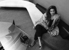 Černobílá fotografie z irácko-rozený architekt Zaha Hadid v její londýnské kanceláři, 1985 - Foto Christopher Pillitz / Hulton Archive Collection / Getty Images (oříznuté)