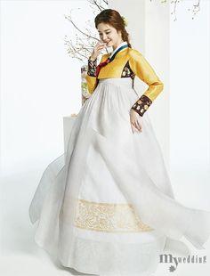 봄꽃 나들이에 나선 신부 Korean Traditional Dress, Traditional Fashion, Traditional Dresses, Korean Dress, Korean Outfits, Oriental Fashion, Asian Fashion, Modern Hanbok, Culture Clothing