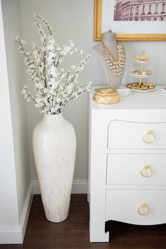 Find and save 38 floor vases decor ideas ideas on Decoratorist. See more about floor vases decor ideas. Tall Vase Decor, Floor Vase Decor, Tall Floor Vases, Home Decor Vases, Vase Decorations, Glass Floor Vase, Tall Vases, Centerpiece Ideas, Glass Vase