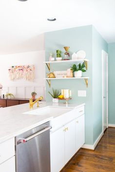 Looking for some easy DIY kitchen decor ideas that fit your budget? Decorate your kitchen with creative wall art, stools, signs & islands. Interior Modern, Kitchen Interior, Kitchen Design, Interior Ideas, Interior Design, Apartment Kitchen, Mint Green Kitchen, Mint Kitchen Walls, Mint Green Decor