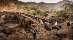 Éthiopie - Le pont de Tisoha construit par les Fasilades enjambe le Nil Bleu et s'engouffre dans une profonde gorge taillée dans le basalte noir.