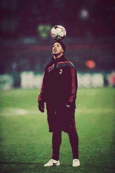 Ronaldinho was one of the world's best soccer players. Brazil Football Team, Madrid Football, Football Is Life, Football Soccer, Soccer Pro, Messi Soccer, Sports Basketball, Play Soccer, Good Soccer Players