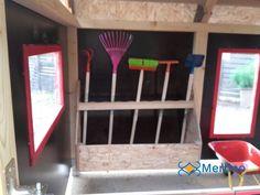 Casetta in legno per bambini stalla dotata di attrezzi e cariola. Adatta ai bambini dai 3 ai 6 anni della scuola dell'infanzia. 3
