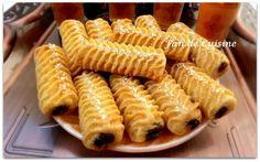 Asalam alaykom, bonjour à tous, Le makrout est un gâteau qui fait parti du patrimoine culinaire algérien, à base de semoule et de pâte de da...