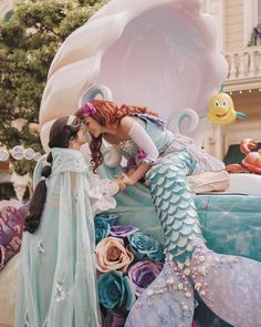 Disney Cosplay Jasmine and Ariel ~ Disneyland face characters - Arte Disney, Disney Magic, Disney Art, Disney Movies, Disney Fairies, Ariel Disney World, Disney World Princess, Merida Disney, Ariel Disneyland