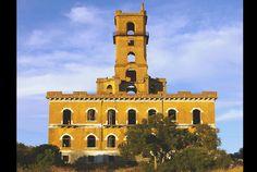 Altivo e estranho, o Palácio do Rei do Lixo domina a paisagem junto à EN10, em Coina. Também chamada de Torre do Inferno, foi mandada constr...
