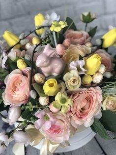 A workshopon egy stílusában hasonló virágdobozt készíthetsz el Te és a gyereked együtt🙃😍🐰🌷  A virágdoboz egy kerek fehér dobozba (20 cm átmerőjű) készül, meseszép tavaszi selyemvirágokkal, barkával, nyuszival és tojásokkal🐰🌷  Én hozom a kellékeket, és Ti elkészítitek a Húsvéti asztaldíszt otthonra😍  Találkozzunk a workshopon🙃 Facebook Sign Up, Floral Wreath, Wreaths, Floral Crown, Door Wreaths, Deco Mesh Wreaths, Floral Arrangements, Garlands, Flower Crowns