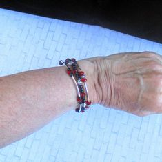 The classic color combination of red and black evokes elegance and sophistication, especially when complemented by shiny silver. Memory Wire Bracelets, Handmade Bracelets, Handmade Jewelry, Handmade Shop, Etsy Handmade, Handmade Gifts, Jewelry Crafts, Jewelry Ideas, Fabric Gifts