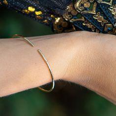 #Bracelet #Gladden #Handmade #NaturalGemstones #Diamonds #Gold #PureDiamondCollection. Diamantové náramky patria medzi najobľúbenejšie šperky z našej klenotníckej dielne. Preto teraz venujeme špeciálnu pozornosť nášmu do detailov prepracovanému briliantovému náramku Gladden. Je dokonale pružný a nastaviteľný, takže sa nemusíte obávať akýchkoľvek obmedzení pri pohybe ruky. A bonusom je, že Gladden môžete nosiť ako klasický kruh aj v takzvanom otvorenom štýle. Nápaditý darček, však? Perfect Christmas Gifts, Bangles, Bracelets, Delicate, Pure Products, Diamond, Stylish, Silver, Jewelry