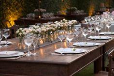 decoração de mesa longa com muitas garrafinhas