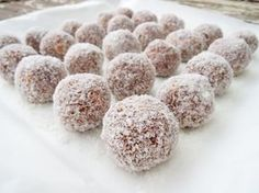 """Easy No-Bake Chocolate and Condensed Milk Truffles. The recipe calls for plain, vanilla-scented """"Marie Biscuits"""" but French-style Petit Beurre are pretty much the same thing. In the US, Vanilla Wafers (Cheesecake Recipes With Condensed Milk) Christmas Cooking, Christmas Desserts, Christmas Treats, Christmas Time, Christmas Recipes, Christmas Goodies, Christmas Candy, Christmas Pavlova, Xmas Food"""