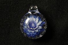 ボロシリケイトガラスで作成したペンダントです。青色のサボテンの花をイメージしています。外側から中央にかけて青色の色合いを変化しています。中の花も全てガラスで作...|ハンドメイド、手作り、手仕事品の通販・販売・購入ならCreema。