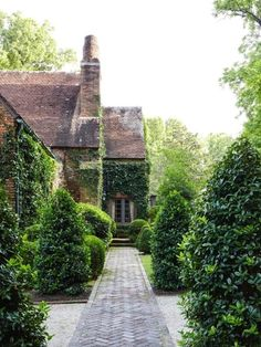 William Eubanks' English Country Cottage in Memphis - The Glam Pad English Country Cottages, English Country Gardens, Amazing Gardens, Beautiful Gardens, Beautiful Homes, Landscape Design, Garden Design, Country Landscaping, Landscaping Ideas