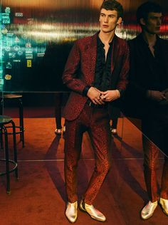 Model Lukas Adriaensens makes a statement in a red printed suit and gold boots, courtesy of Zara Man. Green Suit Men, Red Suit, Studio 54 Fashion, Zara Trends, Madrid, Christmas Suit, Outfits Mujer, Mode Chic, Zara Man