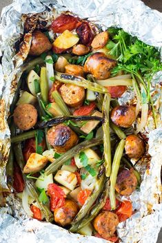 These Italian sausage and veggies foil packets can be made i.- These Italian sausage and veggies foil packets can be made in the oven or on the grill for a mess-free healthy dinner in no time! foil packets for ovens, foil - Vegetarian Grilling, Healthy Grilling Recipes, Grilled Steak Recipes, Vegetarian Recipes Dinner, Healthy Meals, Dinner Recipes, Grilling Chicken, Grilling Ideas, Barbecue Recipes