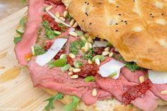 Turks brood met rosbief en pesto-mayonaise