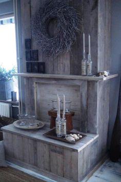Hele mooie kaarsen haard !  Mooi alternatief voor als je geen stookkanaal meer hebt .  Deze schouw gebouwd van steigerhout , geeft een hele sfeervolle plek in je woonkamer .  Met veel kaarsen en verschillende lichtjes wordt het wel een heel romatisch hoekje in je huis !  www.wats-on.nl