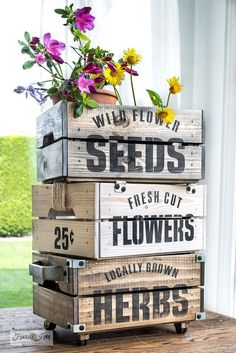 crate logo Korb und Kiste Stencil garden-themed Ikea crates for flowers and plants! Easily assembled, stained, then stenciled with Wild Flower Seeds, Fresh Cut Flowers, and Locally Grown Herbs from Funky Junks Old Sign Stencils and Fusion Mineral Paint. Funky Junk Interiors, Diy Décoration, Easy Diy, Ikea Crates, Sign Stencils, Old Signs, Diy Planters, Flower Planters, Garden Planters