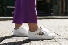 sneakers met bloemen, vanharen, witte sneakers, poloshirt, paarse pantalon, vanharen sneakers, 3d-bloemen, spijkerkwartier, arnhem, fashionblogger, grijze muizen, rode lipstick, zomeroutfit http://www.fashionisaparty.com/2017/08/sneakers-met-bloemen.html/