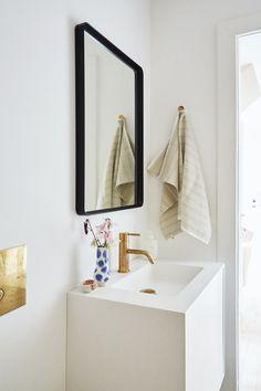 Se, hvordan 5 kvadratmeter blev til et stilfuldt og langtidsholdbart drømmebad   Boligmagasinet.dk Laundry In Bathroom, Terrazzo, Toilet, Mirror, Inspiration, Furniture, Home Decor, Bathrooms, Homemade Home Decor