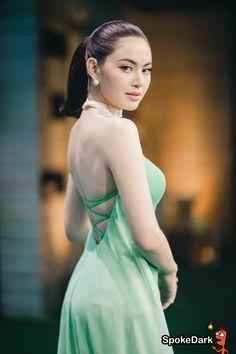 """สวยชัดตรงตามคอนเซปต์ งานนี้เจ้าแม่อีเวนท์อย่าง """"ใหม่ ดาวิกา"""" ซิวพรีเซ็นเตอร์ OPPO F1s สมาร์ทโฟนที่มาพร้อมสเปกเทพ กล้องหน้า 16 ล้านพิกเซล ไปแบบสวยๆ Asian Cute, Sexy Asian Girls, Beautiful Girl Image, Beautiful Asian Women, Vietnam Girl, Traditional Outfits, Asian Woman, Asian Beauty, Beautiful Dresses"""