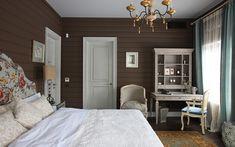Автор проекта: Алла Шумейко. Фотограф: Михаил Степанов. Шоколадная стена, белая дверь и белые пятна мебели и текстиля - в этом есть нечто классическое.
