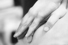 Seguimos contándote qué ofertamos en nuestro centro, hoy le toca el turno al quiromasaje. ¿Qué es? Es una técnica manual sin intervención de ninguna otra cosa salvo las manos del que lo realiza, que tiene como objetivo producir una serie de efectos beneficiosos sobre nuestro cuerpo a través de los distintos tejidos que lo componen. El uso de los masajes es muy variado desde relajante hasta estimulante, pasando por la descarga del músculo, todo tiene un fin: la sensación de bienestar.