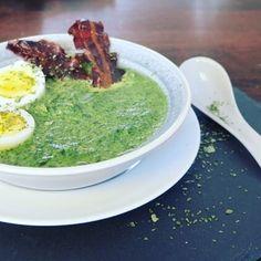 Super schnelles Low Carb Abendessen! Cremige Spinatsuppe mit Ei und würzigem Bacon. Viele Proteine, kaum Kohlenhydrate, sehr sättigend!