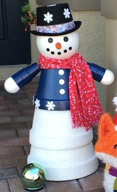 Great Photo Snowmen crafts clay pots Thoughts Snowman Christmas time ideas can be made all throughout the winter by leaving the actual Christmas d Flower Pot Art, Clay Flower Pots, Flower Pot Crafts, Painted Flower Pots, Clay Pots, Top Christmas Gifts, Christmas Clay, Christmas Decorations, Christmas Ornaments