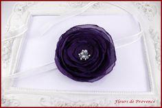 Bracelet fleur violet foncé et blanc pour demoiselle