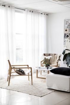 When rugs meet incredible modern chairs: there are amazing types that you don't want to lose in you next decor. Living Room Inspiration, Interior Design Inspiration, Interior Ideas, Design Ideas, Vintage Modern, Mid-century Modern, Living Room Essentials, Home Hacks, Modern Chairs