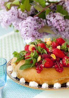 Baba au rhum et aux fruits / Rum baba with red fresh fruits http://www.panierdesaison.com/2014/04/menu-de-p%C3%A2ques-le-baba-au-rhum-cr%C3%A8me-mont%C3%A9e-et-fruits-rouges-.html