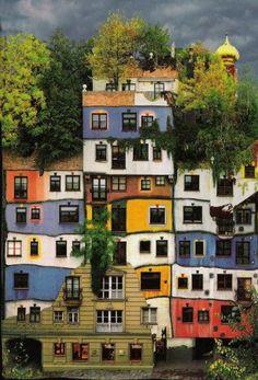 """""""Le peintre-architecte Friedensreich Hundertwasser a mis en pratique sa conception architecturale sur ses immeubles HLM à Vienne, en Autriche."""" cf blog Dessins Muraux."""