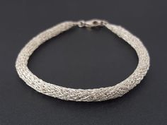 Crocheted tubular bracelet made of pure silver por SelwerJewelry