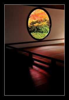 悟りの窓 Genkoan temple,Kyoto <window of enlightenment> to represent the universe circle ... represents the heart of the circle through and Zen <window of hesitation> represents the struggle of illness Shoro ... represents the life of the human