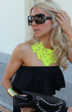 Neon necklace on black outfit. Mode Chic, Mode Style, Mellow Yellow, Neon Yellow, Black Neon, Yellow Lace, Black Gold, Black Maxi, Green Lace