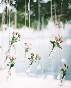Hanging vases decor. The water will keep the flowers fresh. So cute and easy to DIY.  Vasinhos pendurados ficam lindos na decoração. A água ajuda a manter as flores fresquinhas. Lindo e super fácil de fazer.  #mysweetengagement