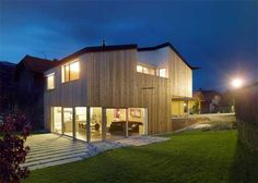 Casa prefabbricata con pannelli in legno colorati