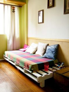 Pallet sofa D. Pallet Beds, Wood Pallet Furniture, Pallet Sofa, Diy Furniture, Diy Bedroom Decor, Home Decor, Living Room Modern, Home Projects, Small Spaces