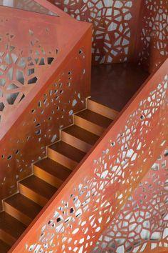 Un escalier/oeuvre d'art en cuivre dans une villa espagnole / Staircase/piece of art in copper in a Spanish villa #copper #cuivre #architecture #design