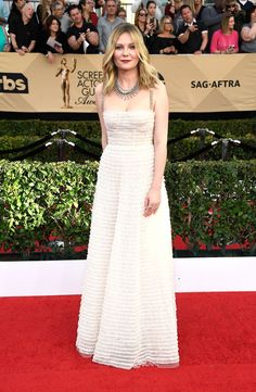 Kirsten Dunst & Teresa Palmer Both Bring Dates to SAG Awards Photo Kirsten Dunst rocked a gorgeous ruffled dress on the red carpet at the 2017 Screen Actors Guild Awards tonight. The event was held at the Shrine Auditorium on… Celebrity Red Carpet, Celebrity Dresses, Celebrity Style, Kirsten Dunst, Emma Stone, Best Dressed 2017, Sag Awards, Awards 2017, Academy Awards
