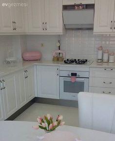 Necmiye hanımın evinin dekoru yavaş yavaş tamamlanıyor. Country stilden esinlenerek tasarladığı beyaz mutfağı ise, aydınlık ve ferah bir görünümde.. Pastel tonlarda klasik salonun ise aksesuarları...