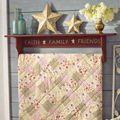 Quilt hanger - would love this Primitive Shelves, Primitive Quilts, Primitive Furniture, Primitive Crafts, Wood Crafts, Quilt Hangers, Quilt Racks, Quilt Ladder, Quilt Display