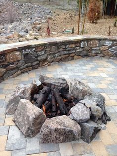 Most popular fire pit ideas brick outdoor living that will not break the bank. Discover beautiful outdoor diy fire pit ideas and fireplace designs that let you obtain as easy or as expensive as your time as well as spending plan enable structure or boost a your backyard fire pit. #backyardfirepitdesigns Fire Pit Wall, Diy Fire Pit, Fire Pit Backyard, Outside Fire Pits, Cool Fire Pits, Porches, Best Hacks, Gazebo, Fire Pit Party