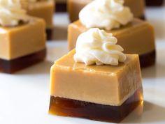 C'est une recette qui est absolument parfaite pour vos partys... Vous pouvez servir le digestif et le dessert en même temps! Miam... miam Biscuits Graham, Jello, Parfait Desserts, Baileys, Caramel, Cheesecake, Deserts, Dessert Recipes, Food And Drink