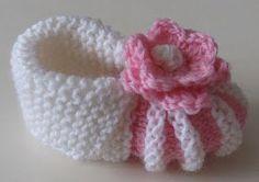 Siirrän tänne kysytyimmän ohjeeni vanhasta Vuodatuksen blogistani. Sain sähköpostiini monta kyselyä vauvan tossujen ohjeisiin. O tin kuv... Baby Booties Knitting Pattern, Knit Baby Booties, Knitting Socks, Baby Knitting, Crochet Baby, Knit Crochet, Knitting Patterns, Crochet Patterns, Baby Sewing