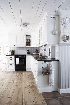 weiße Küche und wunderschöner Holzboden