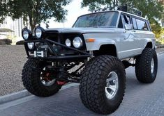 Daily driver? #dailydriver #bendercustoms #jeep #wagoneer #pitbulltires #growler — with Jorge Cordero Ramirez and 2 others.