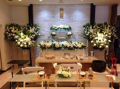 新しいご葬儀の会場 白基調のおしゃれな会館 Large Flower Arrangements, Large Flowers, Floral Design, Table Decorations, Home Decor, Crowns, Decoration Home, Tall Floral Arrangements, Room Decor
